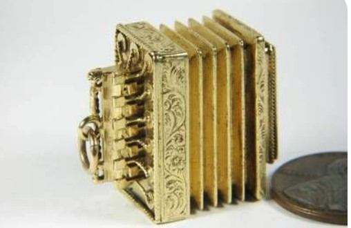 UNUSUAL ANTIQUE 15K GOLD FLUTINA / ACCORDION